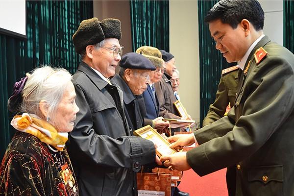 Thiếu tướng Nguyễn Đức Chung tặng quà mừng thọ các sỹ quan hưu trí trên 90 tuổi