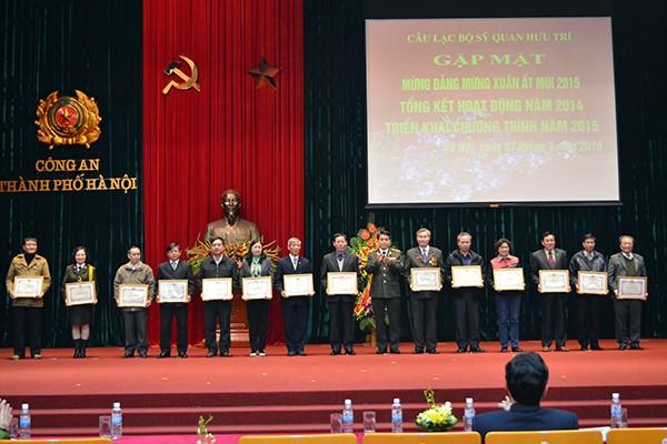 Thiếu tướng Nguyễn Đức Chung trao giấy khen của Giám đốc CATP cho 15 cá nhân có thành tích xuất sắc trong công tác đảm bảo an ninh trật tự tại địa phương