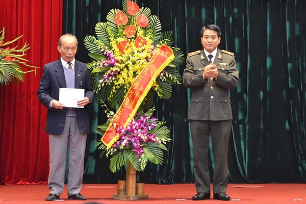 Thiếu tướng Nguyễn Đức Chung, Giám đốc CATP tặng hoa chúc mừng CLB Sỹ quan hưu trí CATP Hà Nội