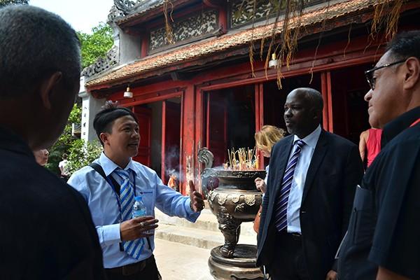 90 đại biểu, nghị sỹ IPU 132 thăm đền Ngọc Sơn ảnh 4