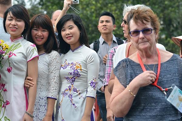 90 đại biểu, nghị sỹ IPU 132 thăm đền Ngọc Sơn ảnh 3