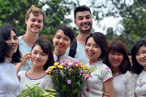 90 đại biểu, nghị sỹ IPU 132 thăm đền Ngọc Sơn ảnh 2