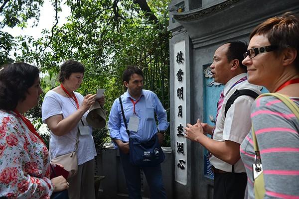 90 đại biểu, nghị sỹ IPU 132 thăm đền Ngọc Sơn ảnh 12
