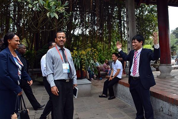 90 đại biểu, nghị sỹ IPU 132 thăm đền Ngọc Sơn ảnh 10