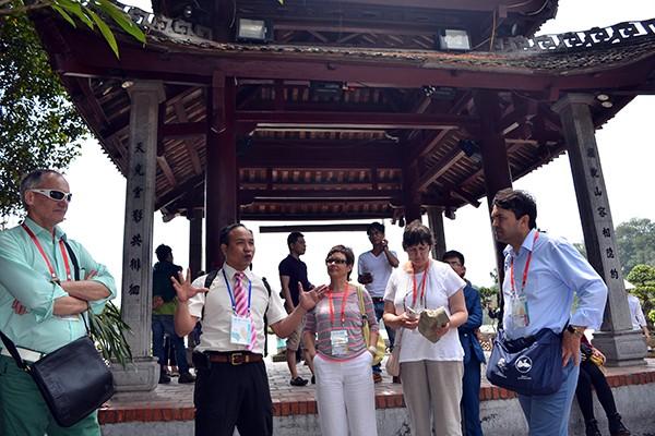 90 đại biểu, nghị sỹ IPU 132 thăm đền Ngọc Sơn ảnh 11