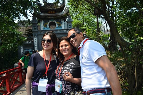 90 đại biểu, nghị sỹ IPU 132 thăm đền Ngọc Sơn ảnh 7