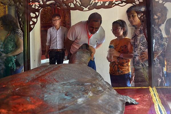 90 đại biểu, nghị sỹ IPU 132 thăm đền Ngọc Sơn ảnh 8
