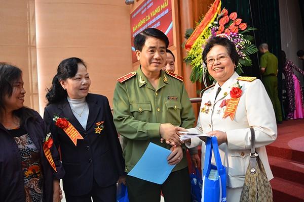 Thiếu tướng Nguyễn Đức Chung, Giám đốc Công an TP Hà Nội thăm hỏi các cán bộ Công an Hà Nội chi viện chiến trường miền Nam và Trung tá, nữ quân y sỹ Trường Sơn Nguyễn Thị Kim Quy