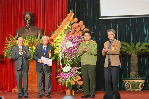 Thiếu tướng Nguyễn Đức Chung, Giám đốc CATP Hà Nội tặng hoa chúc mừng Ban liên lạc B-C-K Công an Hà Nội