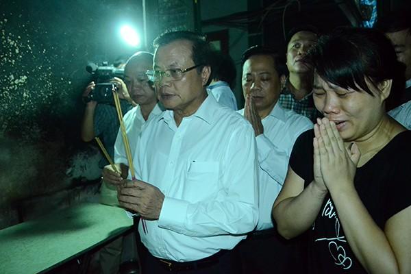 Bí thư Thành ủy Phạm Quang Nghị thắp hương tưởng nhớ những nạn nhân vụ cháy
