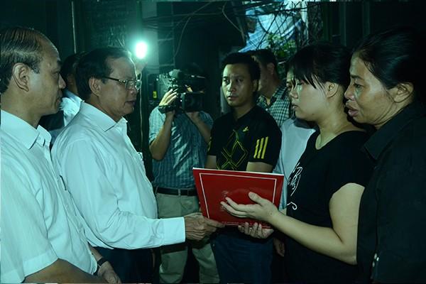 Bí thư Thành ủy Phạm Quang Nghị thăm hỏi gia đình nạn nhân vụ cháy tại đường Hoàng Mai ảnh 3