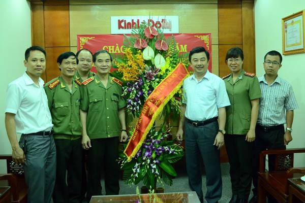 Lãnh đạo CATP Hà Nội thăm, chúc mừng các cơ quan báo chí ảnh 4