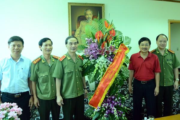 Thiếu tướng Phạm Xuân Bình, Phó Giám đốc CATP Hà Nội tặng hoa chúc mừng Báo Tiền Phong
