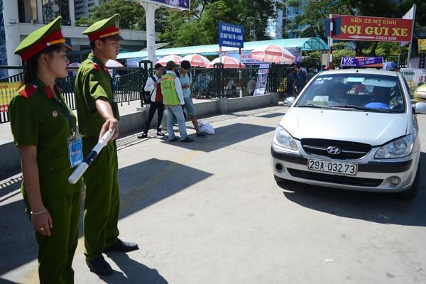 Sĩ tử đội nắng đổ về Hà Nội dự thi ảnh 11