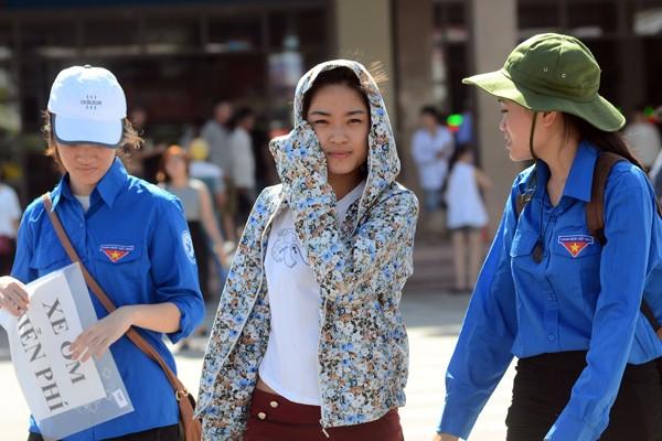 Sĩ tử đội nắng đổ về Hà Nội dự thi ảnh 8