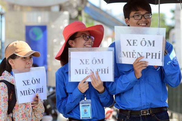 Sĩ tử đội nắng đổ về Hà Nội dự thi ảnh 7