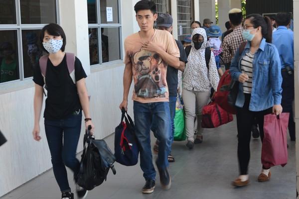 Sĩ tử đội nắng đổ về Hà Nội dự thi ảnh 1