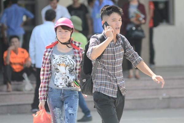 Sĩ tử đội nắng đổ về Hà Nội dự thi ảnh 4