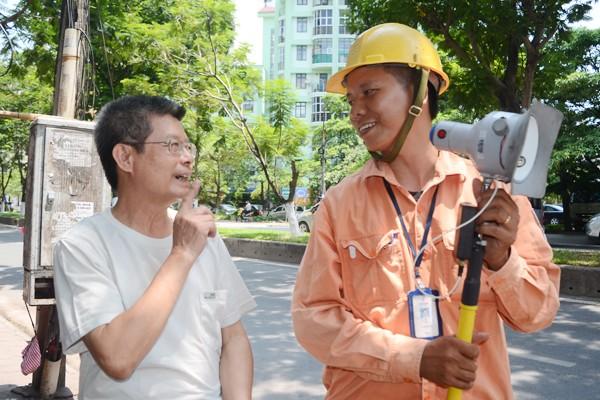 Xem nhân viên điện lực sử dụng camera ghi chỉ số công-tơ ảnh 9