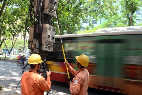 Xem nhân viên điện lực sử dụng camera ghi chỉ số công-tơ ảnh 8