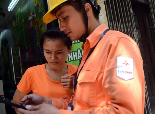 Xem nhân viên điện lực sử dụng camera ghi chỉ số công-tơ ảnh 6