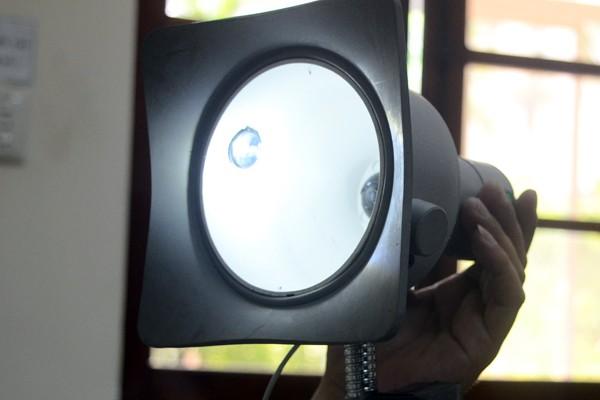 Xem nhân viên điện lực sử dụng camera ghi chỉ số công-tơ ảnh 4