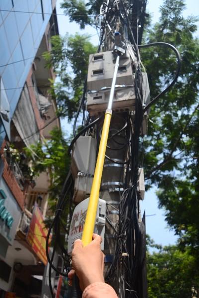 Xem nhân viên điện lực sử dụng camera ghi chỉ số công-tơ ảnh 2