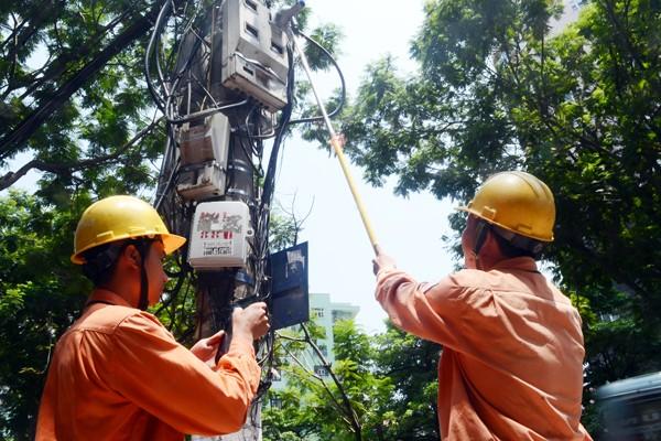 Xem nhân viên điện lực sử dụng camera ghi chỉ số công-tơ ảnh 1