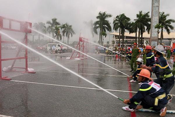 Xem lính cứu hỏa thi tài ứng phó với giặc lửa ảnh 10