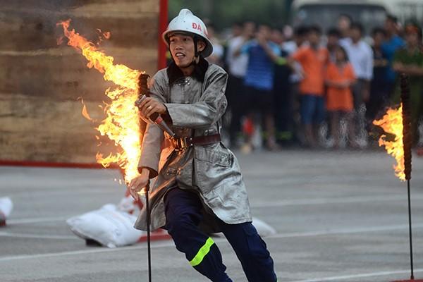Xem lính cứu hỏa thi tài ứng phó với giặc lửa ảnh 8