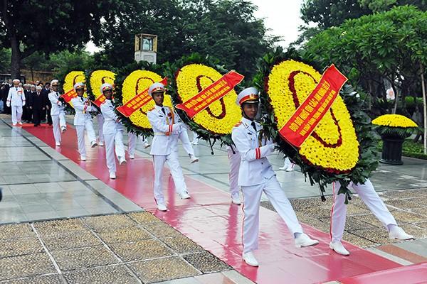 Lãnh đạo Đảng, Nhà nước viếng Chủ tịch Hồ Chí Minh và các anh hùng, liệt sĩ ảnh 6