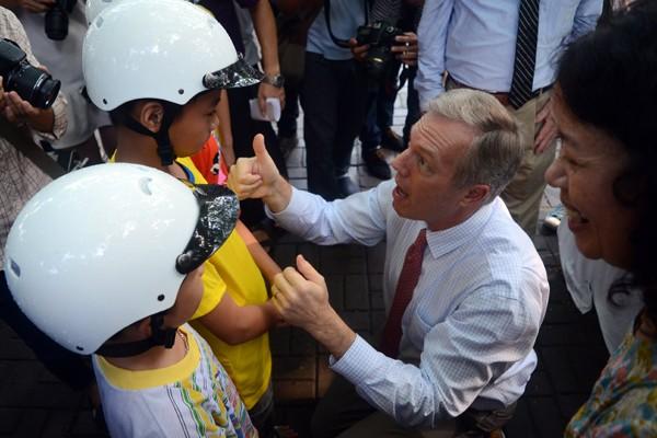 Đại sứ Mỹ tại Việt Nam Ted Osius tặng mũ bảo hiểm các em Làng trẻ em SOS Hà Nội ảnh 6