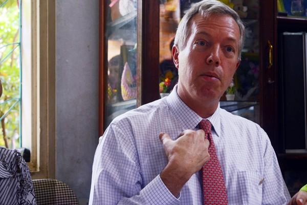 Đại sứ Mỹ tại Việt Nam Ted Osius tặng mũ bảo hiểm các em Làng trẻ em SOS Hà Nội ảnh 10