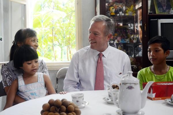 Đại sứ Mỹ tại Việt Nam Ted Osius tặng mũ bảo hiểm các em Làng trẻ em SOS Hà Nội ảnh 9