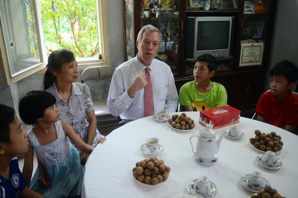Đại sứ Mỹ tại Việt Nam Ted Osius tặng mũ bảo hiểm các em Làng trẻ em SOS Hà Nội ảnh 11