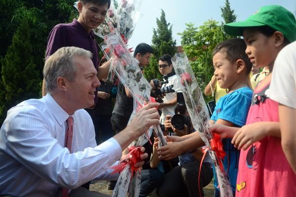 Đại sứ Mỹ tại Việt Nam Ted Osius tặng mũ bảo hiểm các em Làng trẻ em SOS Hà Nội ảnh 1