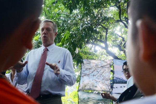 Đại sứ Mỹ tại Việt Nam Ted Osius tặng mũ bảo hiểm các em Làng trẻ em SOS Hà Nội ảnh 3