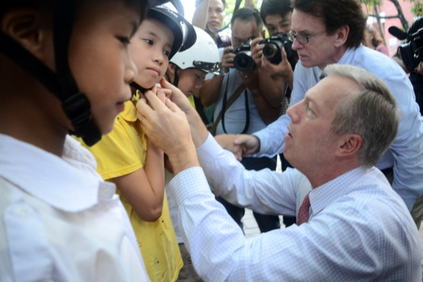 Đại sứ Mỹ tại Việt Nam Ted Osius tặng mũ bảo hiểm các em Làng trẻ em SOS Hà Nội ảnh 5