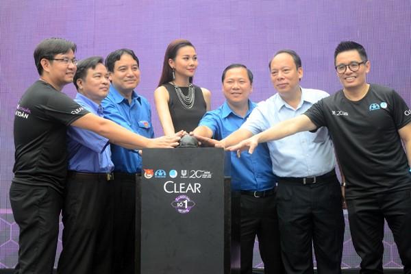 Các đồng chí lãnh đạo Trung ương Đoàn, Ủy ban ATGT Quốc gia, Thành đoàn Hà Nội cùng đại sứ của chương trình siêu mẫu Thanh Hằng nhấn nút thực hiện phá hủy 1.000 mũ bảo hiểm không đạt chuẩn