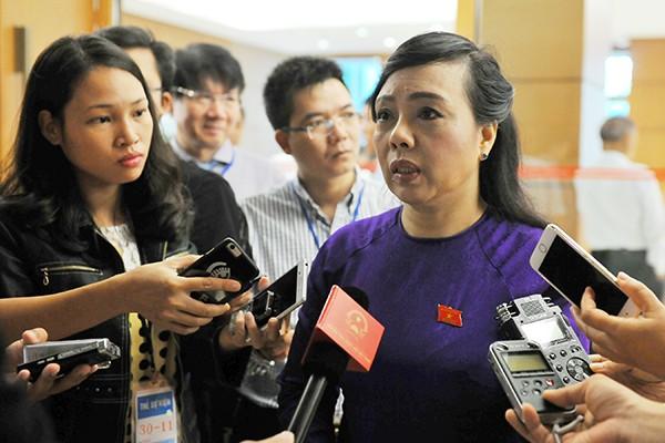Bộ trưởng Bộ Y tế Nguyễn Thị Kim Tiến trả lời phỏng vấn bên hành lang Quốc hội sáng 19-11