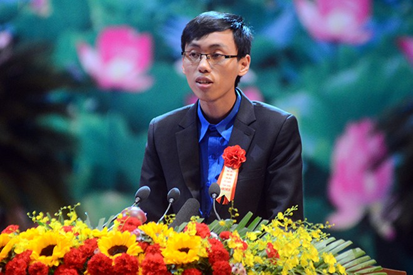Nguyễn Thế Hoàn- Sinh viên ĐH Khoa học tự nhiên, ĐH Quốc Gia Hà Nội phát biểu tham luận tại Đại hội Thi đua yêu nước toàn quốc chiều 7-12