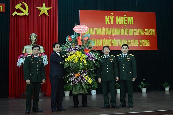 Chủ tịch UBND TP Hà Nội tặng hoa chúc mừng Sư đoàn 301 và Trung đoàn 692