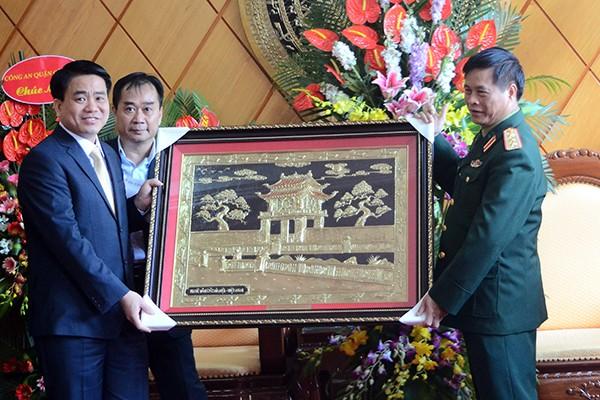 Chủ tịch UBND TP Hà Nội Nguyễn Đức Chung thăm, chúc mừng các đơn vị quân đội