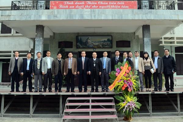 Phó Chủ tịch UBND TP Hà Nội Vũ Hồng Khanh cùng thành viên đoàn công tác chụp ảnh lưu niệm cùng Giám mục Vũ Tất và các linh mục