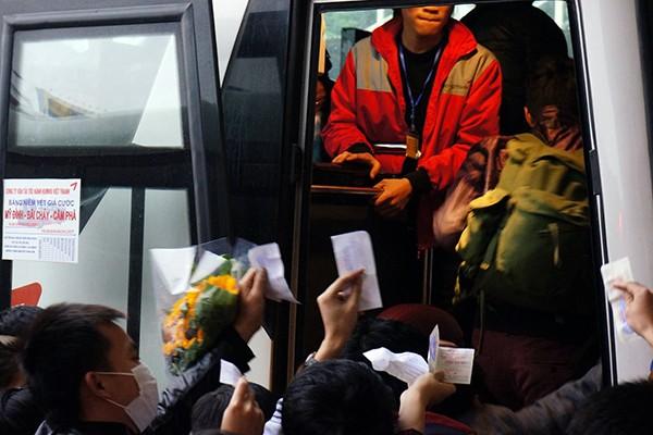 """Người dân ùn ùn rời Thủ đô: """"Biển người"""" ở bến xe ảnh 6"""