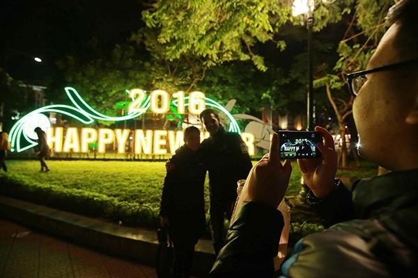 Không khí hân hoan chào đón năm mới 2016 trên khắp mọi miền Tổ quốc ảnh 10
