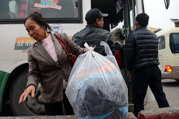 """Người dân ùn ùn rời Thủ đô: """"Biển người"""" ở bến xe ảnh 11"""