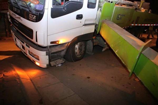 Hà Nội: Nửa đêm, xe cẩu mất trụ suýt đổ vào nhà dân ảnh 4