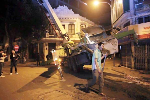 Hà Nội: Nửa đêm, xe cẩu mất trụ suýt đổ vào nhà dân ảnh 1
