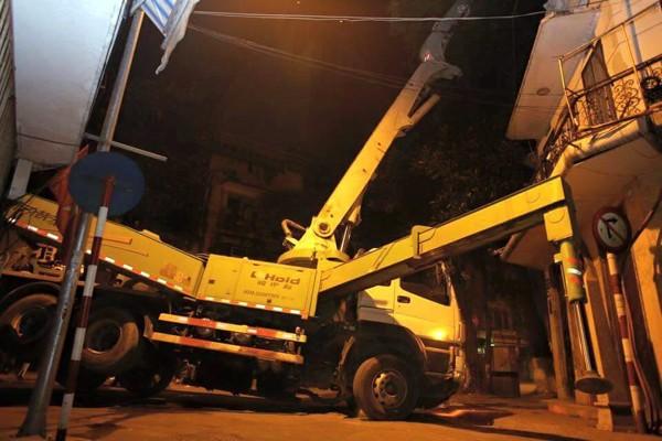 Hà Nội: Nửa đêm, xe cẩu mất trụ suýt đổ vào nhà dân ảnh 2